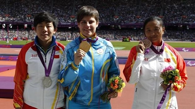 Ukraine&#39;s Mariia Pomazan (C) poses for photographs with the gold medal after winning the women&#39;s discus throw-F35/36 athletics event alongside China&#39;s silver medallist Wu Qing who would later be promoted after an error (AFP)