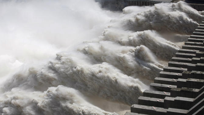The Yangtze river power station generated 98.8 billion kilowatt-hours of electricity in 2014, the Three Gorges Dam Corporation said in a statement, topping the 2013 production from the Brazilian-Paraguayan Itaipu dam