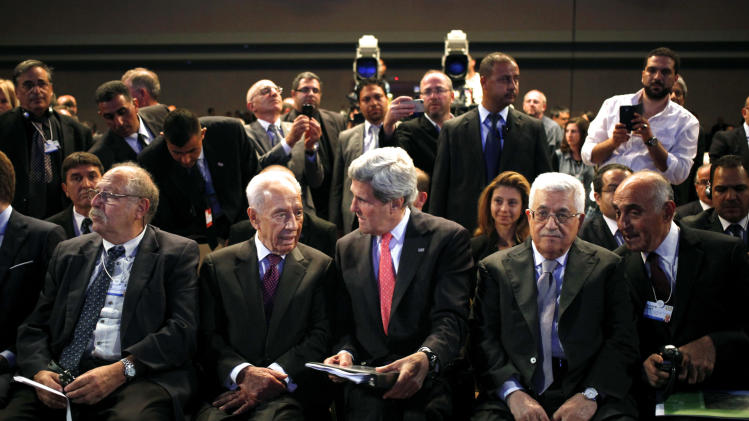 From left to right, Israeli high-tech guru Yossi Vardi, Israeli President Shimon Peres, U.S. Secretary of State John Kerry, and Palestinian President Mahmoud Abbas attend the World Economic Forum, in Southern Shuneh, 34 miles (55 kilometers) southeast of Amman, Jordan, Sunday, May 26, 2013. (AP Photo/Mohammad Hannon)