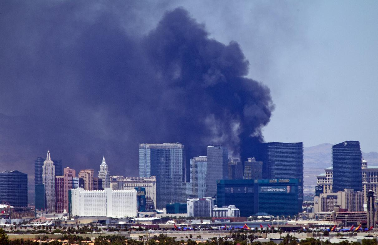 Smokes billows in Las Vegas. (Photo: Steve Marcus/Las Vegas Sun via AP)