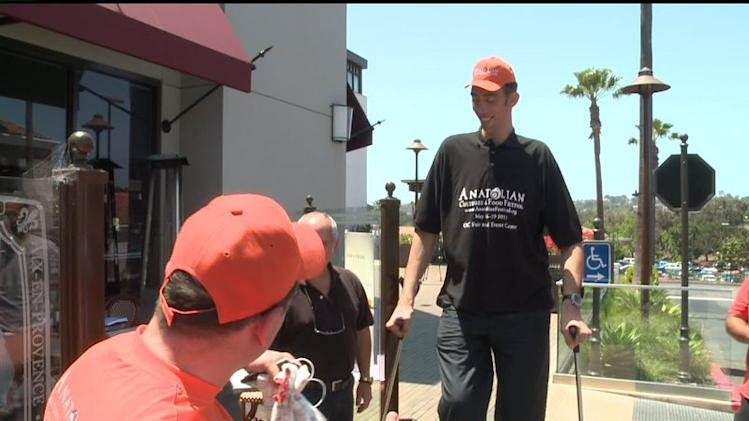 World`s Tallest Man Visits San Diego