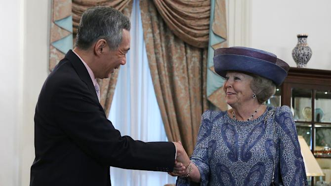 Queen Beatrix of the Netherlands shakes hands with Singapore's Prime Minister Lee Hsien Loong on Thursday Jan. 24, 2013 at the Istana or presidential palace in Singapore during her official four-day state visit to the country.(AP Photo/Wong Maye-E)