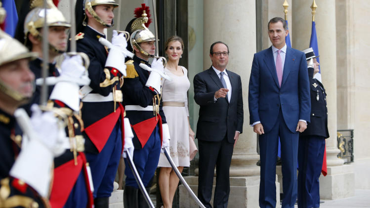 French President Francois Hollande, center, poses with Spain's King Felipe VI and Queen Letizia of Spain upon their arrival at the Elysee Palace in Paris, France, Tuesday, July 22, 2014. Recently crowned King Felipe VI and his wife Queen Letizia are in France for a one-day official visit. (AP Photo/Francois Mori)