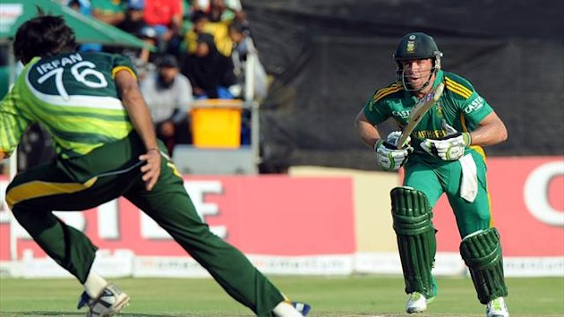 South Africa's AB de Villiers (R) looks on as Pakistan's Mohammad Irfan (L) tries to catch him out during the 5th and final One-Day International (AFP)