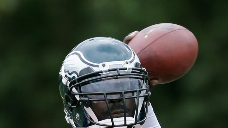 Philadelphia Eagles quarterback Michael Vick throws a pass during NFL football practice at the team's practice complex, Thursday, Nov. 1, 2012, in Philadelphia. (AP Photo/Matt Slocum)