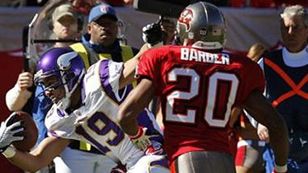 AMERICAN FOOTBALL Minnesota Vikings wide receiver Bobby Wade (19) beats Tampa Bay Buccaneers safety Ronde Barber (20) to the end zone