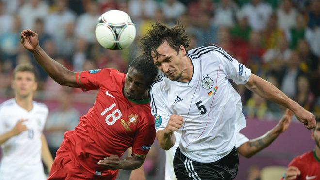 German Defender Mats Hummels (R) Vies AFP/Getty Images