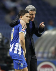 Porto's coach Luis Castro (R) chats with his player Juan Fernando Quintero during their Portuguese Premier League soccer match against Arouca at Dragao stadium in Porto March 9, 2014. REUTERS/Miguel Vidal (PORTUGAL - Tags: SPORT SOCCER)