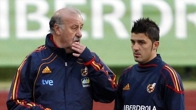 FOOTBALL Spain's national team coach Vicente del Bosque (L) talks with David Villa during a training session at Soccer City training grounds in Las Rozas, near Madrid, March 22, 2011.