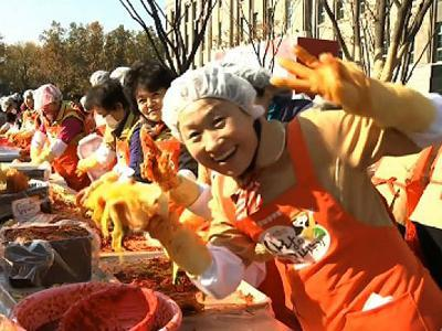 Raw: S. Korean women prepare 140 tons of kimchi