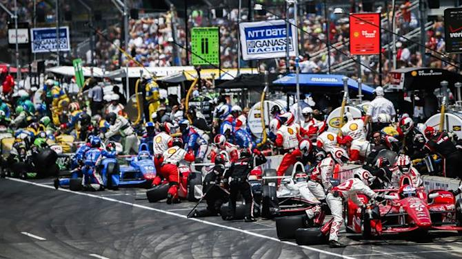 THM22. Indianapolis (United States), 24/05/2015.- Crews work on cars as they line up in their pits during the 99th running of the Indianapolis 500 auto race at the Indianapolis Motor Speedway in Indianapolis, Indiana, USA, 24 May 2015. (Estados Unidos) EFE/EPA/TANNEN MAURY