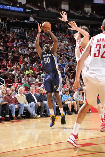 Grizzlies snap long losing streak in Houston