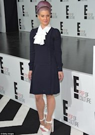 Kelly Osbourne y su look anaranjado via Daily Mail