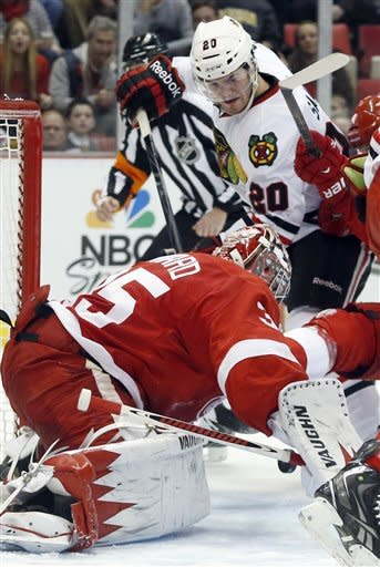 Blackhawks top Red Wings 2-1 in SO, extend streak