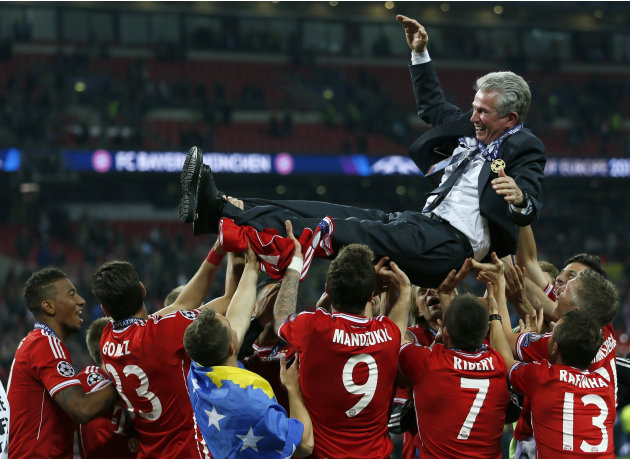 Bayern Munich players throw coach Heynckes into air as they celebrate winning Champions League final soccer match against Borussia Dortmund in London