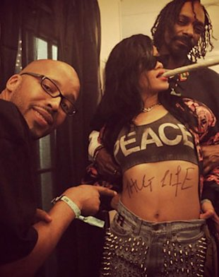 Rihanna Draws Tupac 039Thug Life 039 Tattoo On Stomach At