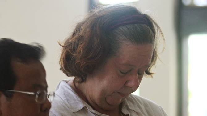 Lindsay June Sandiford of Britain, right, listens to her interpreter as her verdict is announced at a courthouse, in Denpasar, Bali island, Indonesia, Tuesday, Jan. 22, 2013. The Indonesian court sentenced Sandiford to death on Tuesday for smuggling cocaine worth $2.5 million into the resort island of Bali — even though prosecutors had sought only a 15-year sentence.  (AP Photo/Firdia Lisnawati)