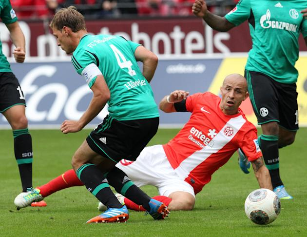 Mainz's Elkin Soto of Colombia, right, and Schalke's Benedikt Hoewedes challenge for the ball during a German soccer Bundesliga match between FSV Mainz 05 and FC Schalke 04 in Mainz, Germany, Saturday