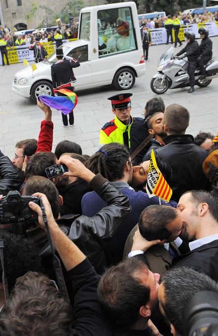 Las fotos del año 2010 Protesta-gay-ante-el-paso-del-Papa-en-Barcelona-David-Ramos-Getty