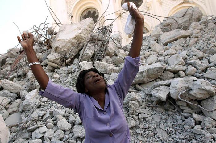 Las fotos del año 2010 Una-mujer-se-lamenta-por-la-cat%C3%A1strofe-del-terremoto-de-Hait%C3%AD-Win-McNamee-Getty-Images