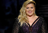 Kelly Clarkson Hilariously Forgets the Lyrics to Her Own Songs While on Facebook Live