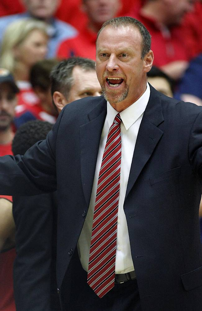 Utah's Head Coach Larry Krystkowiak doesn't agree with an official's call in the first half of an NCAA college basketball against Arizona game on Sunday, Jan. 26, 2014 in Tucson, Ariz