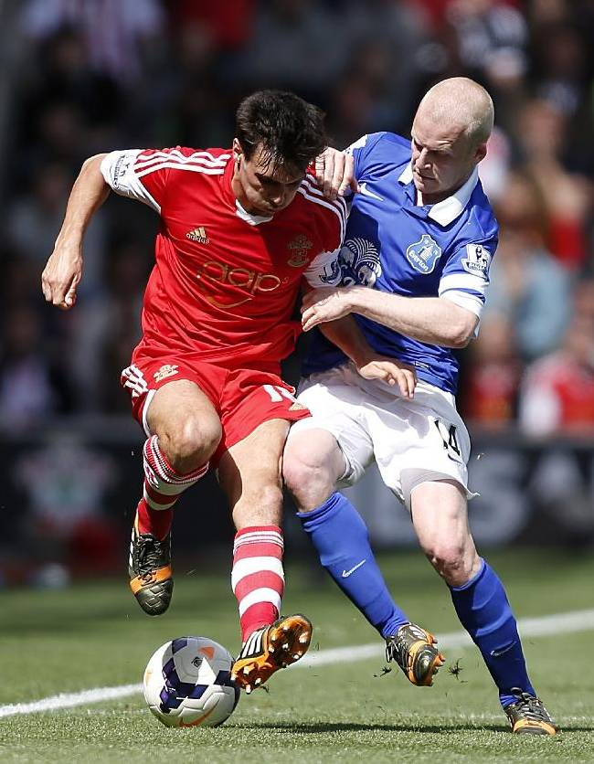 Southampton's Jack Cork, left, and Everton's Steven Naismith in action during their English Premier League soccer match at St Mary's ground in Southampton, England, Saturday April 26, 2014. (AP Photo / Chris Ison, PA)