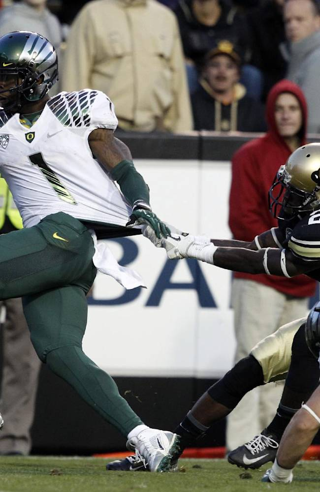 Oregon wide receiver Josh Huff, left, stretches out for a touchdown after catching a pass in front of Colorado defensive back Kenneth Crawley in the third quarter of Oregon's 57-16 victory in an NCAA college football game in Boulder, Colo., on Saturday, Oct. 5, 2013