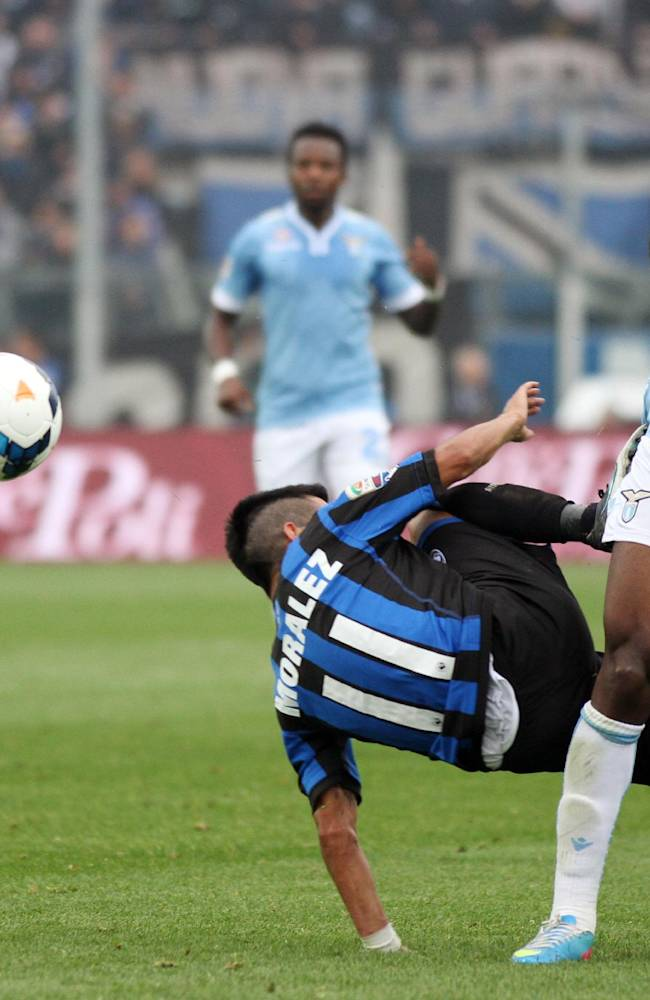 Atalanta's Maximiliano Moralez, left, of Argentina, challenges Lazio's Luis Pedro Cavanda, of Belgium, during a Serie A soccer match in Bergamo, Italy, Sunday, Oct. 20, 2013