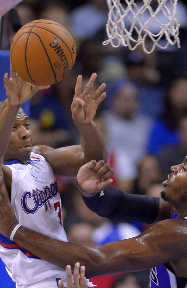 Los Angeles Clippers shooting guard Willie Green, left, passes the ball over Sacramento Kings Sacramento Kings power forward Jason Thompson during the first half of their NBA basketball game, Friday, Oct. 25, 2013, in Los Angeles