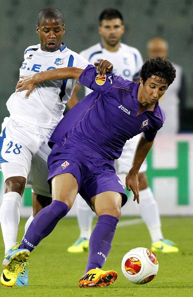 Pandurii's Nicandro Breeveld, left, challenges for the ball with Fiorentina's Ryder Matos, of Brazil, during an Europa League, group E match, between Fiorentina and Pandurii, at the Artemio Franchi stadium in Florence, Italy, Thursday, Oct.  24, 2013