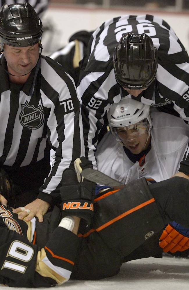 Perry leads Anaheim Ducks' 5-2 rout of Islanders