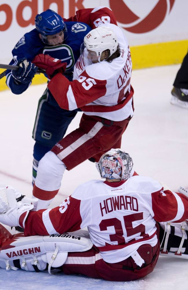 Red Wings slip past Canucks 2-1