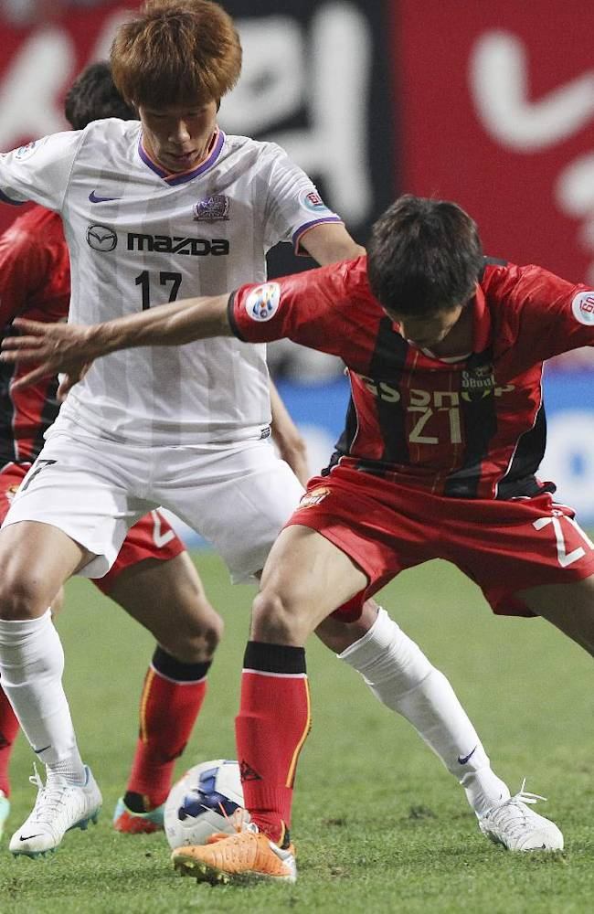 Park Hyung-jin, left, of Japan's Sanfrecce Hiroshima fights for the ball against Sim Sang-min of South Korea's FC Seoul during their AFC Champions League Group F soccer match at Seoul World Cup Stadium in Seoul, South Korea, Tuesday, April 1, 2014.The game ended a 2-2 draw