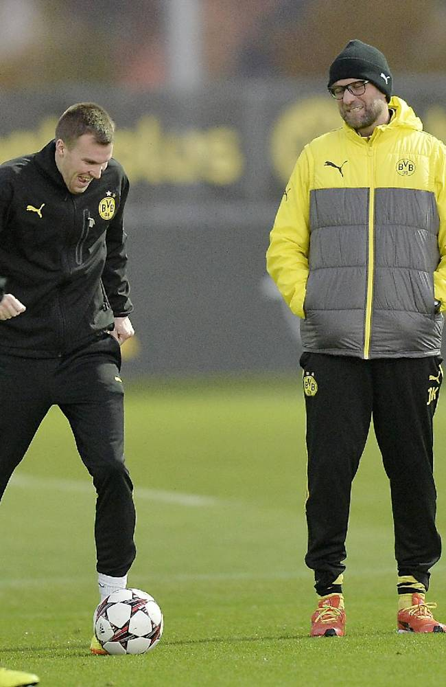 Dortmund head coach Juergen Klopp, right, watches his players during a training session prior the Champions League Group F soccer match between Borussia Dortmund and SSC Napoli in Dortmund, Germany, Monday, Nov. 25, 2013