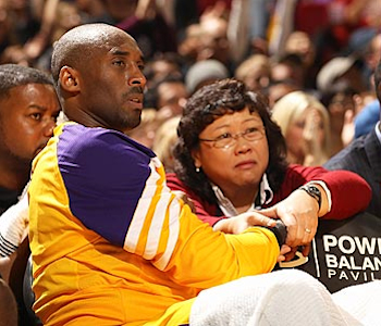 Kobe's wrist gets courtside treatement