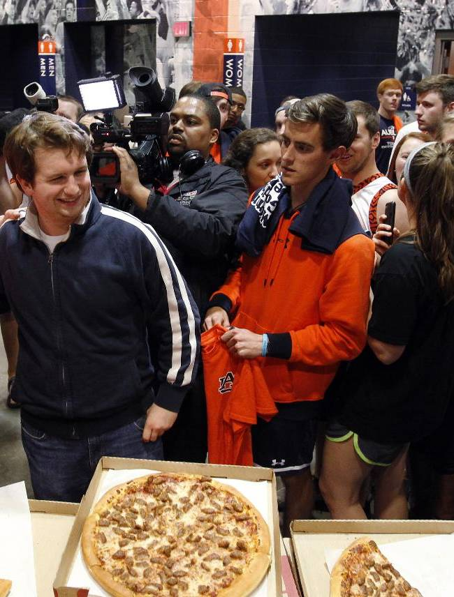 Auburn's new men's basketball coach, Bruce Pearl, left, talks to students as they get pizza for which Pearl paid,Tuesday, March 18, 2014, in Auburn, Ala