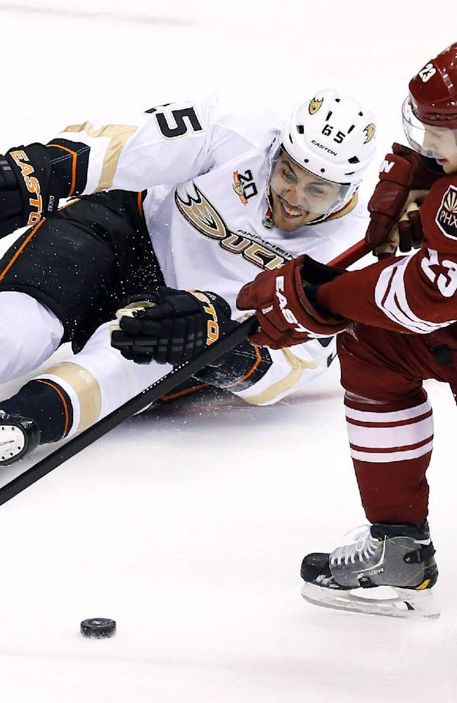 Penner, Ducks hand Coyotes 1st home loss, 4-2