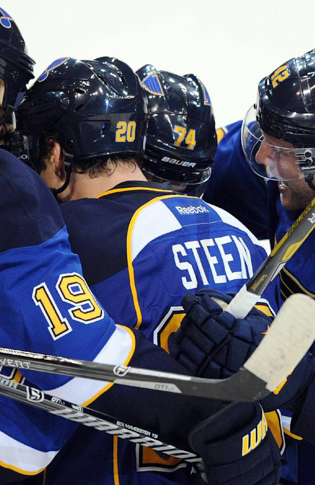 Steen's late goal lifts Blues over Blackhawks