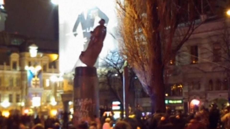 Crowds topple Lenin's statue in Ukraine to protest Russia ties