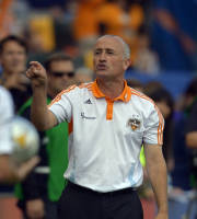 Houston Dynamo head coach Dominic Kinnear gestures during the first half of their MLS Cup soccer match against the Los Angeles Galaxy, Saturday, Dec. 1, 2012, in Carson, Calif. (AP Photo/Mark J. Terrill)