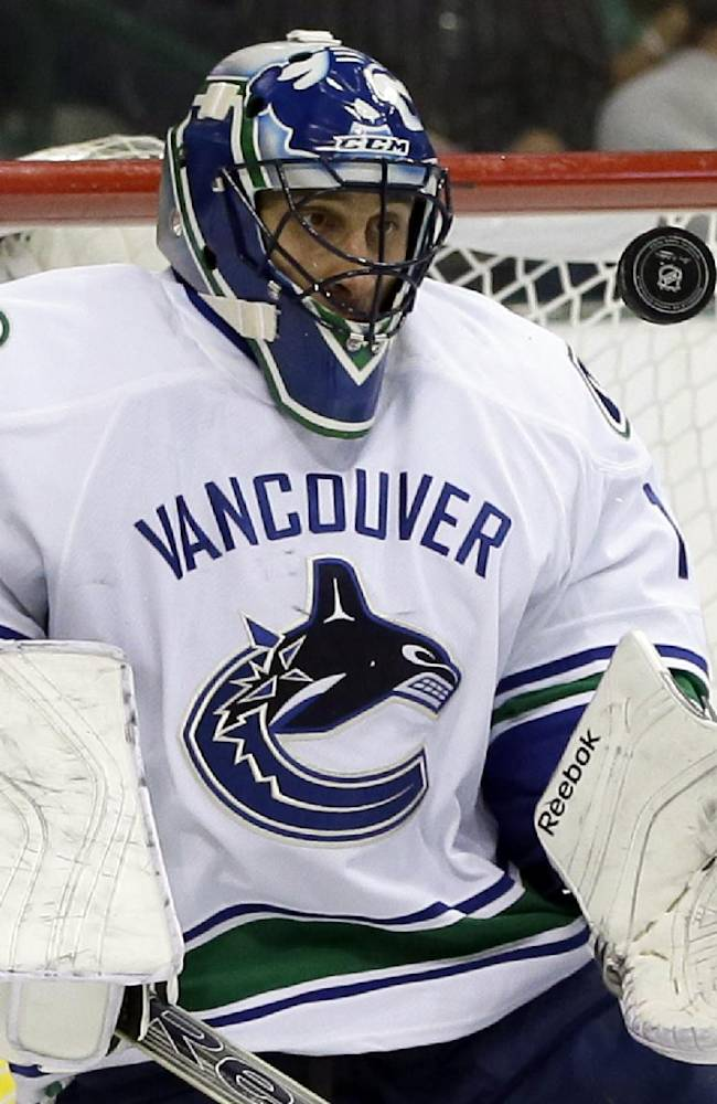 Canucks' Luongo leaves with unspecified injury
