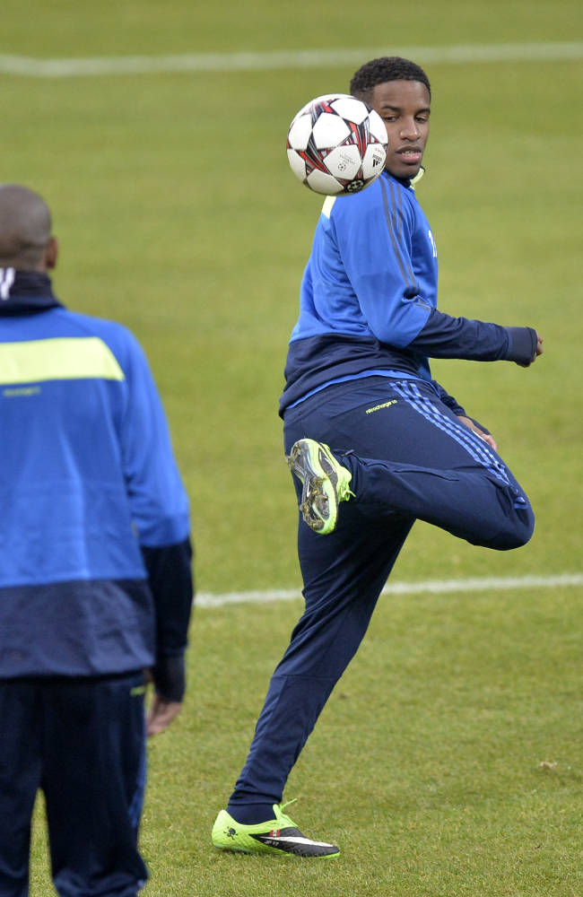 Schalke's Jefferson Farfan exercises during a training session one day ahead of the Champions League Group E soccer match between FC Schalke 04 and FC Basel in Gelsenkirchen, Germany, Tuesday Dec. 10, 2013