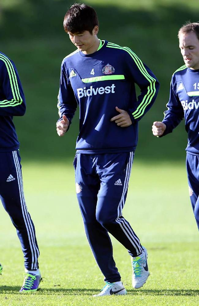 Sunderland's Ki Sung-Yueng, center, Charis Mavrias, left, and David Vaughan, right, run,  during a training session at the club's training ground,  in Sunderland, England, Thursday Oct. 24, 2013. Sunderland will play Newcastle United in a Premier League match on Sunday