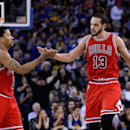 OAKLAND, CA - JANUARY 27: Derrick Rose #1 and Joakim Noah #13 of the Chicago Bulls high-five in the fourth quarter of their game against the Golden State Warriors at ORACLE Arena on January 27, 2015 in Oakland, California. (Photo by Ezra Shaw/Getty Images)