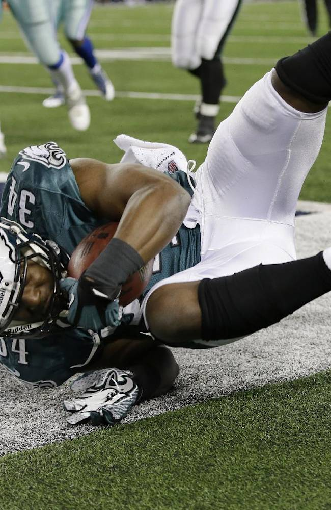 Philadelphia Eagles running back Bryce Brown (34) scores a touchdown against the Dallas Cowboys during the second half of an NFL football game, Sunday, Dec. 29, 2013, in Arlington, Texas