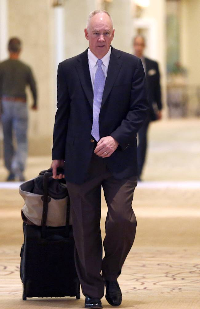 New York Mets general manager Sandy Alderson heads for morning meetings at baseball's general managers' meetings Thursday, Nov. 14, 2013, in Orlando, Fla