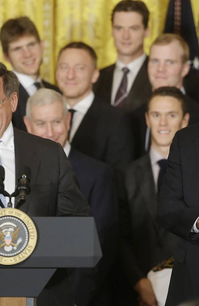 Obama salutes hockey's Blackhawks at White House