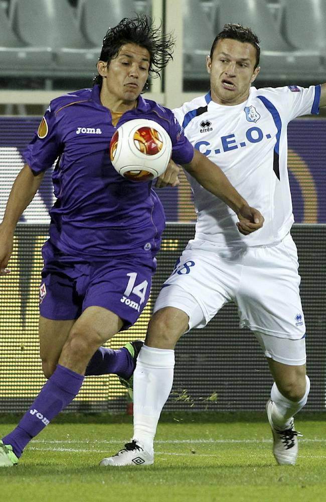 Pandurii's Bogdan Unguru?an, right, challenges for the ball with Fiorentina's Matas Fernndez, of Chile, during an Europa League, group E match, between Fiorentina and Pandurii, at the Artemio Franchi stadium in Florence, Italy, Thursday, Oct.  24, 2013
