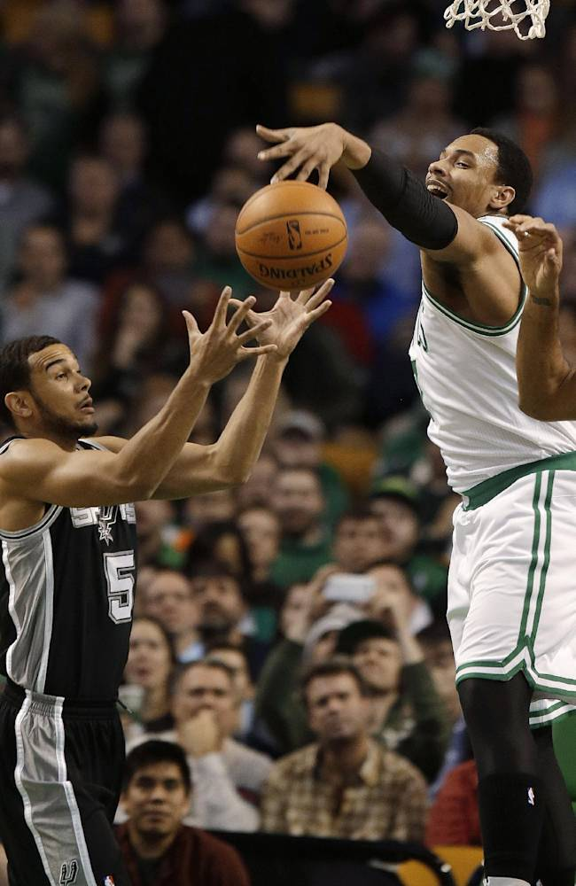 Duncan carries Spurs to 104-92 win over Celtics